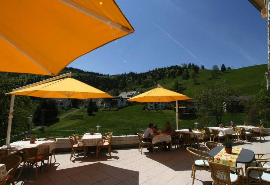 Auf der hoteleigenen Terrasse können Sie das schöne Wetter genießen.