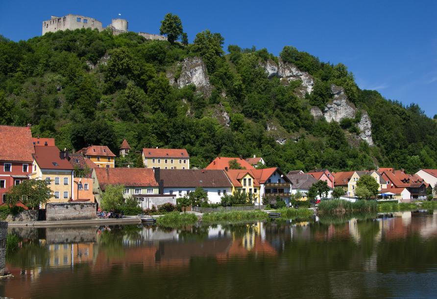 Für einen Ausflug bietet sich die eindrucksvolle Burgruine Kallmünz an.