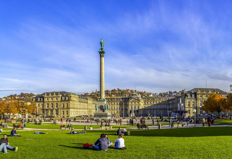 Der Schlossplatz in Stuttgart ist einer herrlicher Ort zum Pause machen.