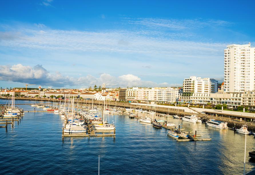 Der Hafen von Ponta Delagada lädt zum geruhsamen Schlendern ein.