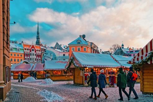 Genießen Sie die besinnliche Atmosphäre auf dem Weihnachtsmarkt von Riga.