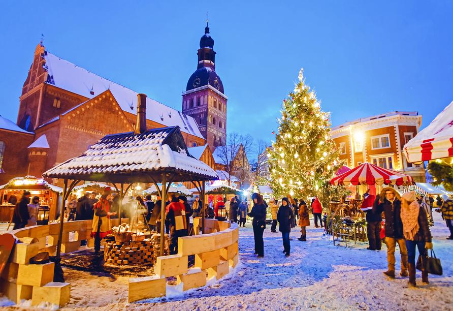 Während Ihrer Reise besuchen Sie unter anderem den Weihnachtsmarkt von Riga.
