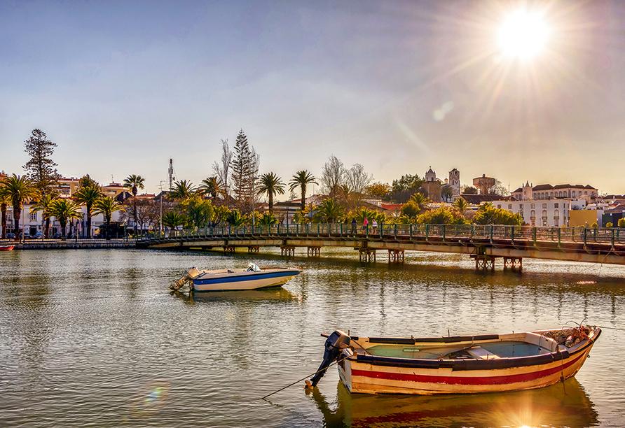 Ein Ausflug führt Sie in das schöne Städtchen Tavira, welches am Ufer des Flusses Gilão liegt.