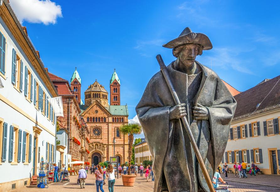 Blick auf die Pilgerfigur und den Dom zu Speyer