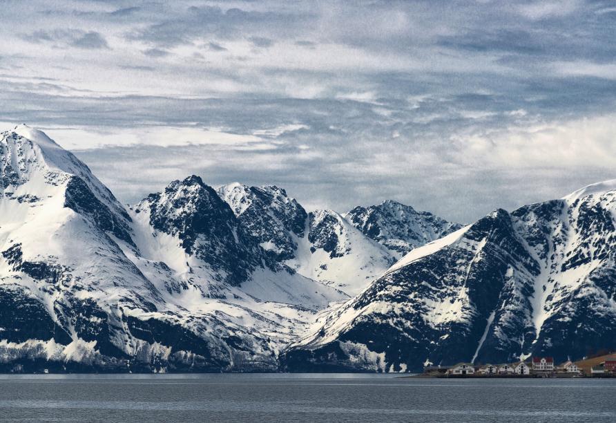 Alta ist umgeben von schneebedeckten Bergen.