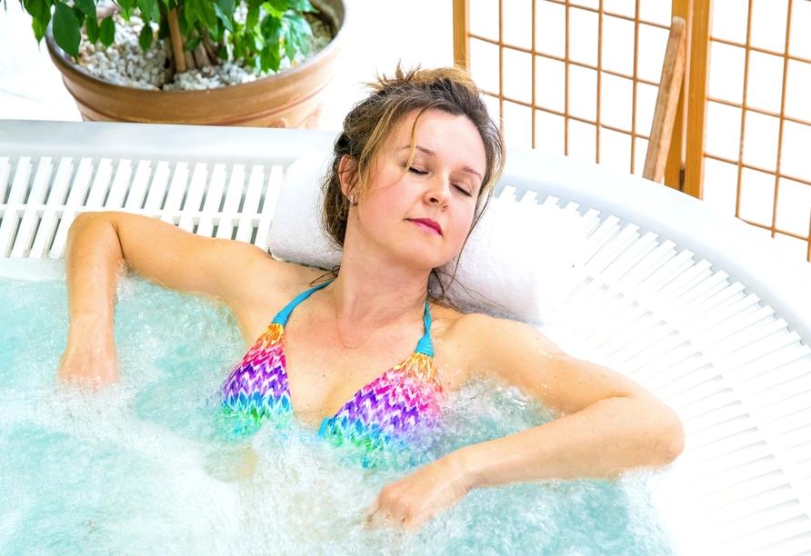 Genießen Sie die wohltuende Wärme im Whirlpool.
