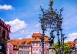 Auf dem Marktplatz Göttingens, vor dem Rathaus, steht die Gänseliesel; das Wahrzeichen der Stadt.