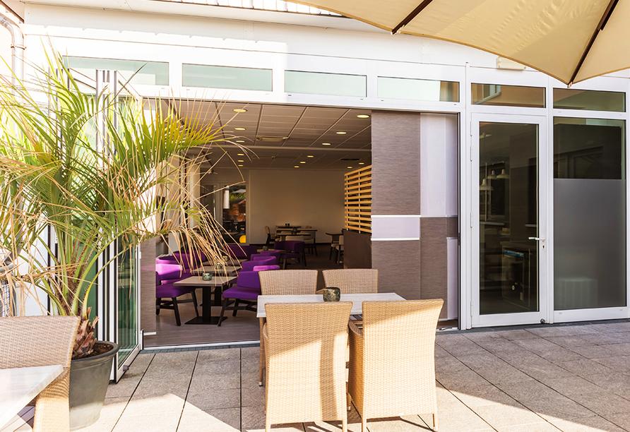 Fangen Sie die Sonnenstrahlen auf der Terrasse des Hotels ein.