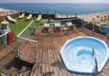 Von der Dachterrasse aus haben Sie einen grandiosen Ausblick auf das Meer.