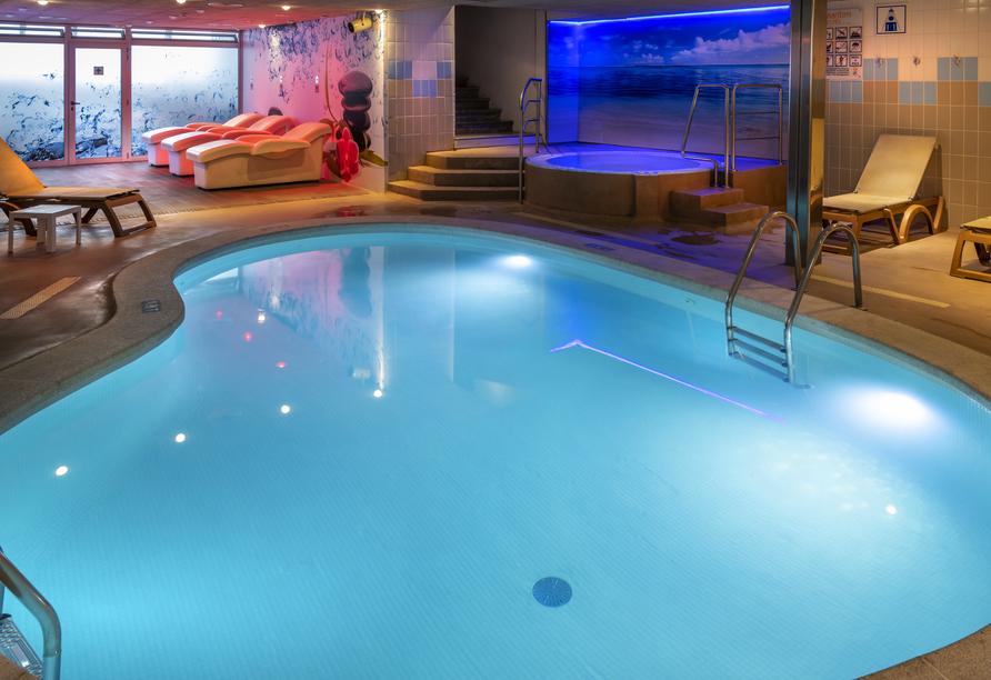 Der Indoor Relaxing Bereich erwartet Sie unter anderem mit einem Hallenbad.