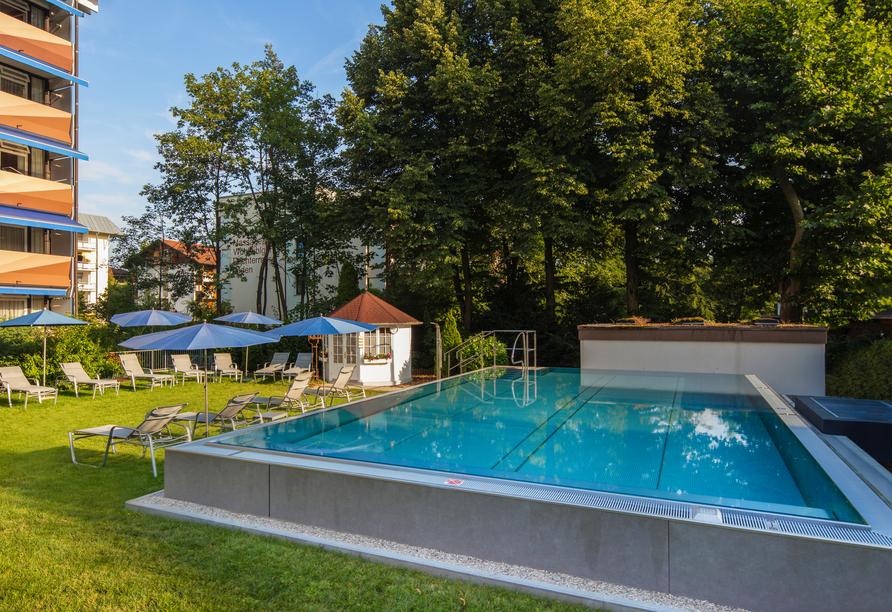 Entspannen Sie im Außenpool des Hotels Schweizer Hof in Bad Füssing.