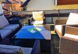 Genießen Sie die wohltuende Sonne auf der Dachterrasse des Hotels.