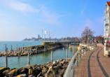Schlendern Sie über die hübsche Strandpromenade von Friedrichshafen.