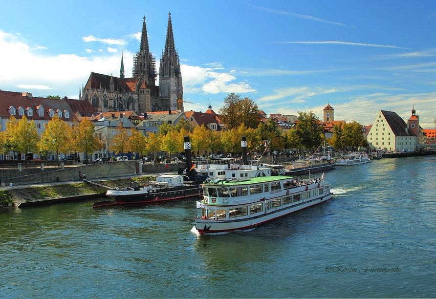 Bei einer Schifffahrt lernen Sie Regensburg aus einem anderen Blickwinkel kennen.