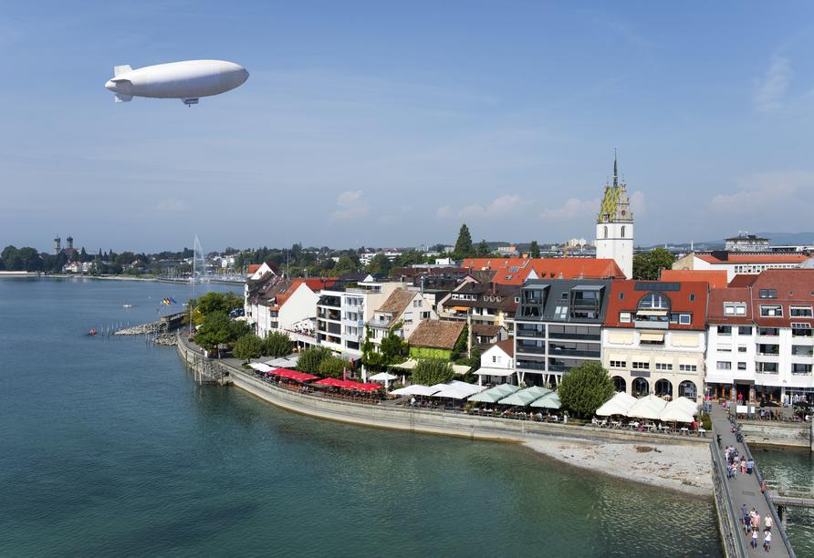 Friedrichshafen trägt auch den Beinamen Zeppelinstadt. Eine Fahrt mit einem Zeppelin ist ein einmaliges Erlebnis.