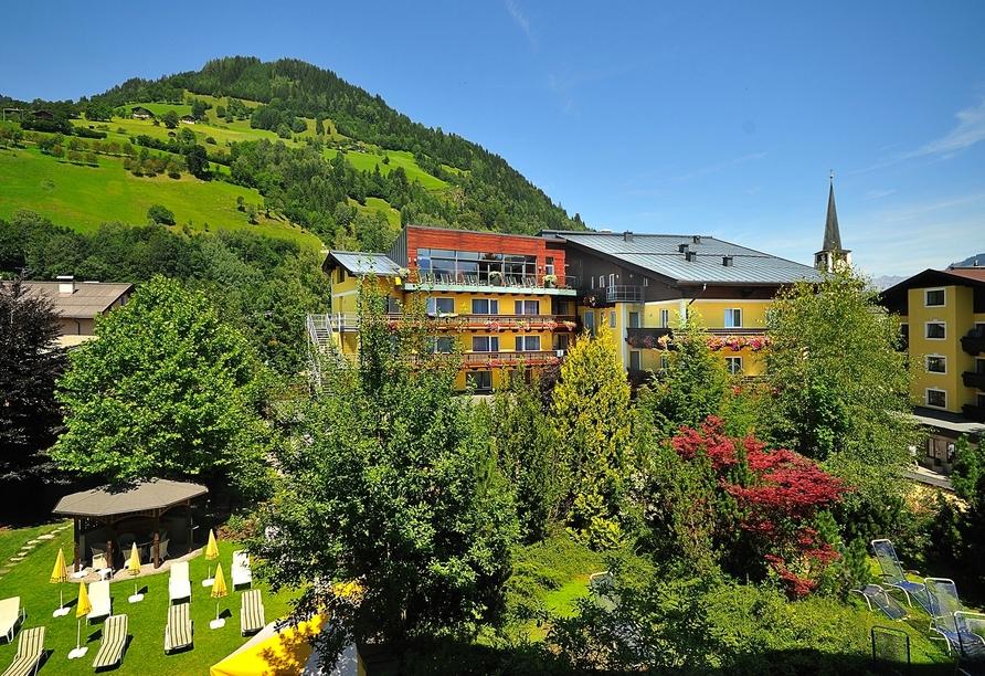 Außenansicht des Hotel Der Schütthof im Sommer