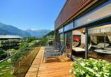 Genießen Sie das schöne Wetter auf der Panorama-Terrasse.