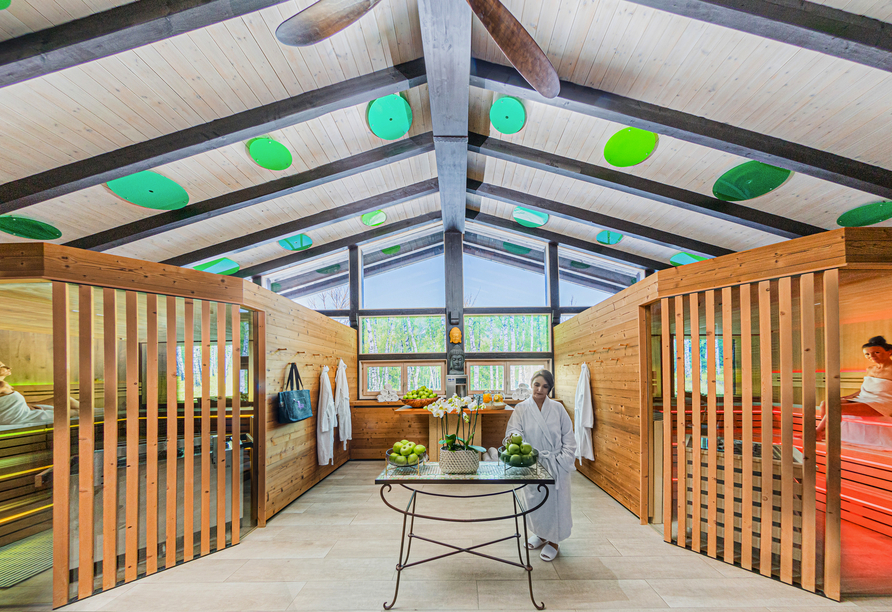 Der Saunabereich ist offen und freundlich gestaltet.