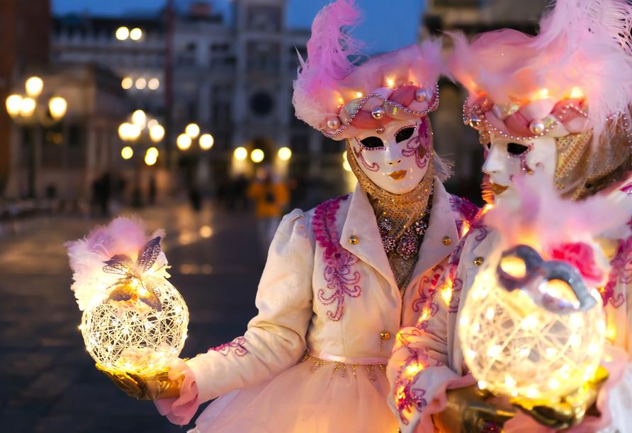 Am Abend lassen die vielen Lichter die Stadt zur Karnevalszeit erleuchten.