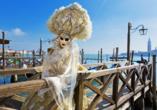 Die prächtigen Kostüme passen hervorragend in das Venediger Stadtbild.