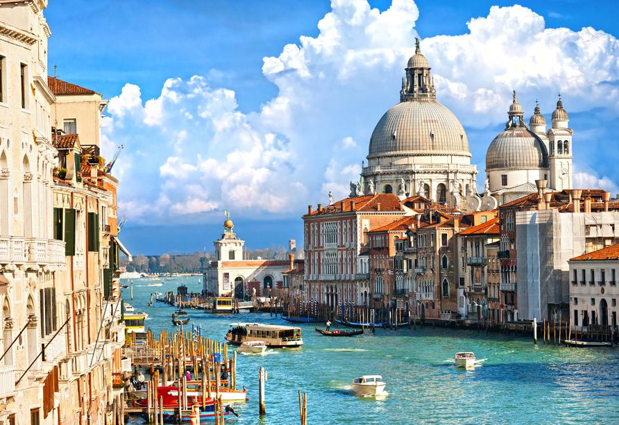 Die Kirche Santa Maria della Salute ist eine der berühmtesten Sehenswürdigkeiten Venedigs.