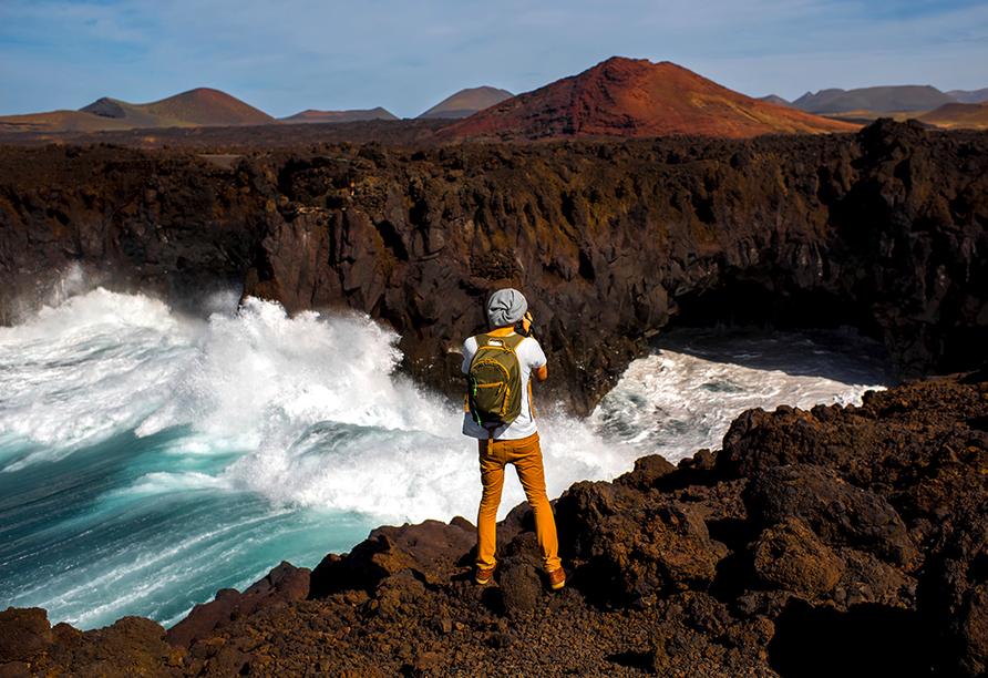 Schroffe Felsformationen gehören auf der Vulkaninsel Lanzarote zum Erscheinungsbild dazu (hier: Los Hervideros).