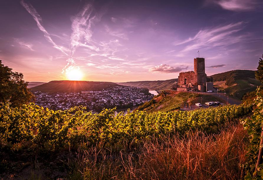 In Bernkastel-Kues können Sie sich auch die Burgruine Landshut anschauen, die hoch über Altstadt liegt.