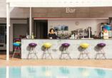 Genießen Sie kühle Getränke an der Bar des Hotels BLUESEA Lanzarote Palm.