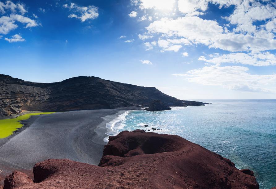 Auch der Küstenort El Golfo mit dem grünen See liegt auf der Route.