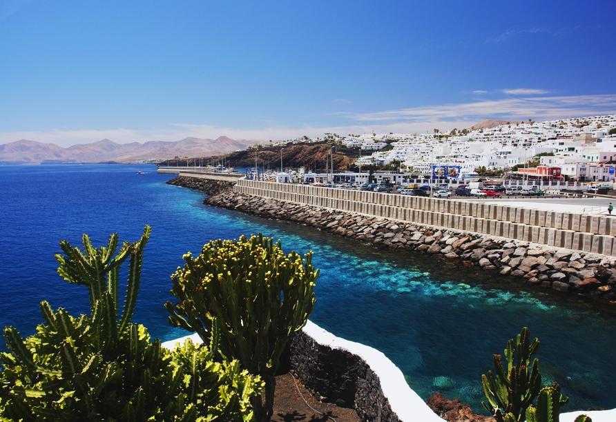 Der Urlaubsort Puerto del Carmen begrüßt Sie direkt an der Küste Lanzarotes.