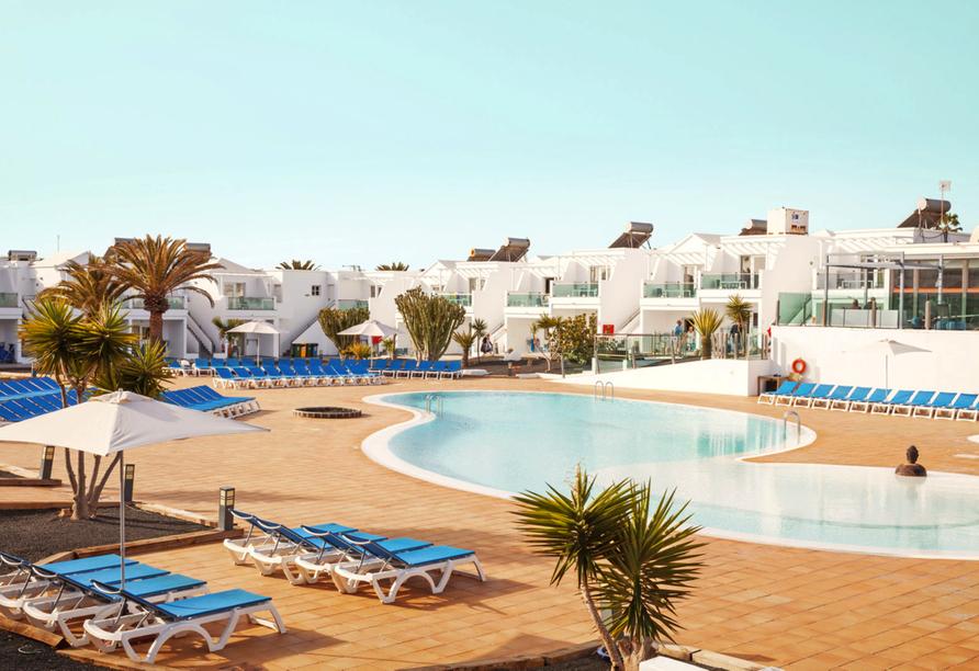 Erholen Sie sich am Außenpool Ihres Hotels BLUESEA Lanzarote Palm.