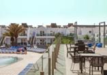 Entspannen Sie auf der Terrasse des Hotels BLUESEA Lanzarote Palm.