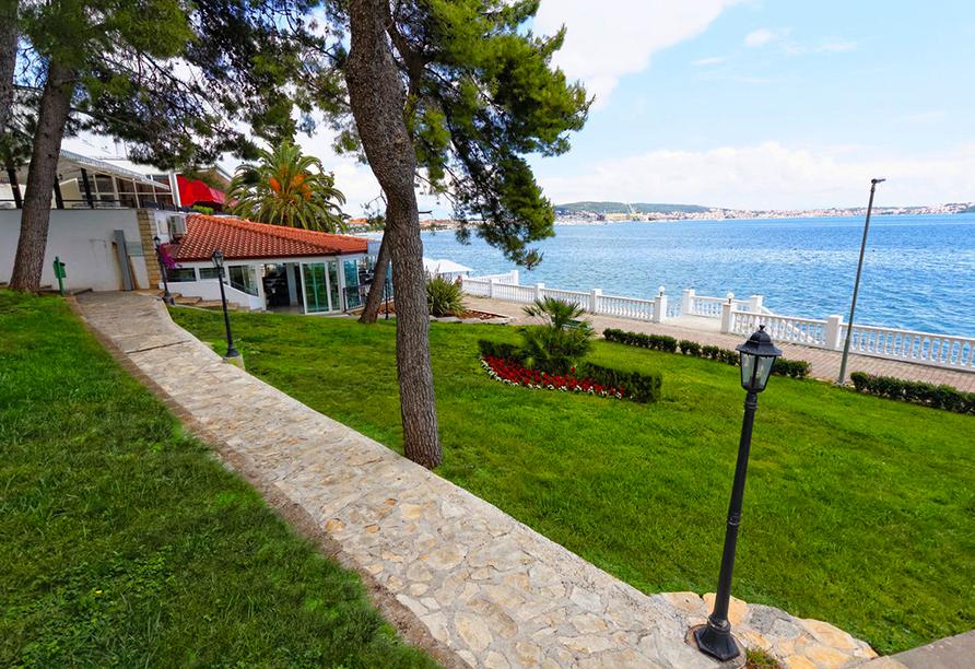 Die Promenade führt direkt vom Hotel in den Ort.