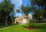 Die Hotelgebäude befinden sich in einer schönen, grünen Gartenanlage.