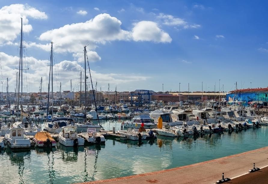 Unternehemen Sie in Corralejo – der schönsten Stadt auf Fuerteventura – einen Spaziergang entlang des schönen Hafens.