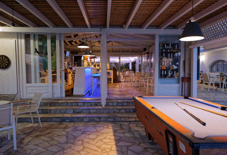 Oasis Beach Hotel in Anissaras, Poolbar