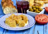 Lassen Sie sich die typisch andalusischen Tapas bei einem Glas Tinto de Verano schmecken.