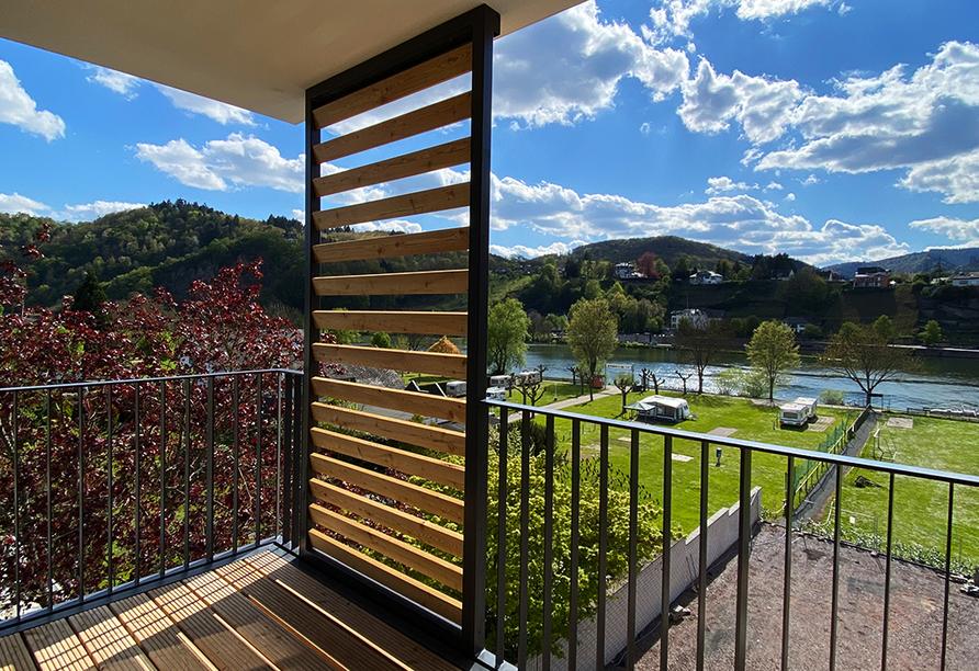 Genießen Sie einen wunderbaren Ausblick von Ihrer Loggia im Doppelzimmer Comfort Plus auf die Mosel.