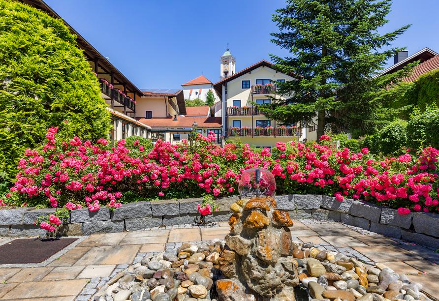 Das Hotel ist wunderschön mit Blumen geschmückt.