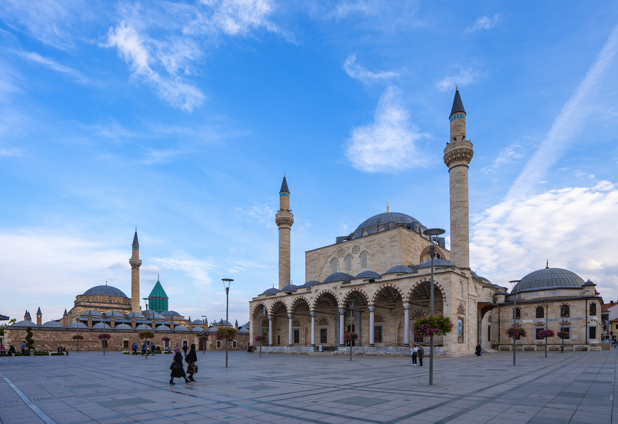 Blick auf die Selimiye Mosque and das Mevlana Museum in Konya