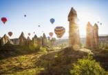 Bei Interesse können Sie an einer Heißluftballonfahrt über die eindrucksvolle Landschaft Kappadokiens teilnehmen.