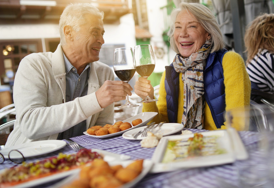 Leonardo Hamburg Elbbrücken, Paar beim Essen
