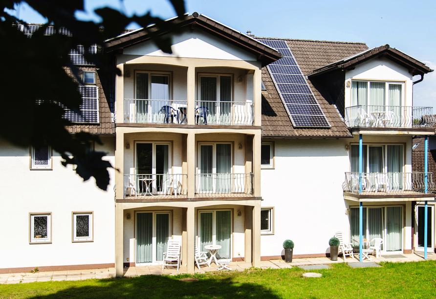 Außenansicht der Zimmer mit Balkonen/Terrassen