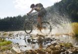 Sportbegeisterte können mit dem Mountainbike die abwechslungsreiche Landschaft erleben.