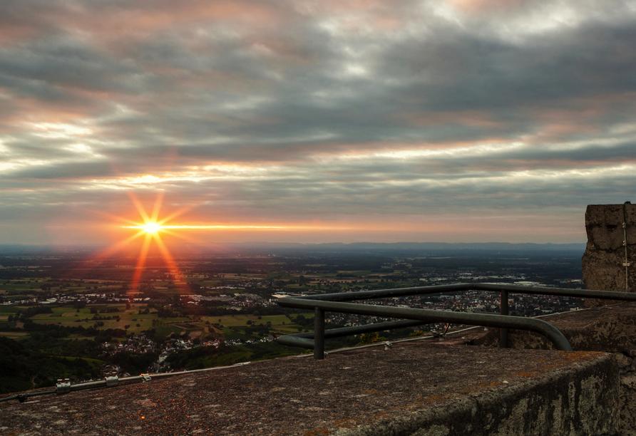 Sonnenuntergang mit Blick ins Siegtal von der Burgruine Windeck