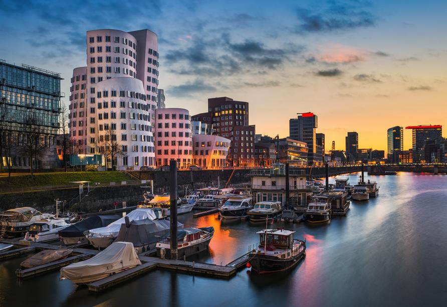 Die verschiedenen architektonischen Meisterwerke am Medienhafen in Düsseldorf locken Schaulustige an.