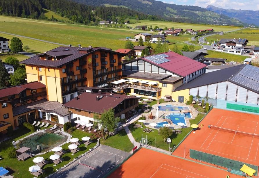 Das Vital & Sporthotel mit seinen Tennisplätzen mitten im schönen Brixental.