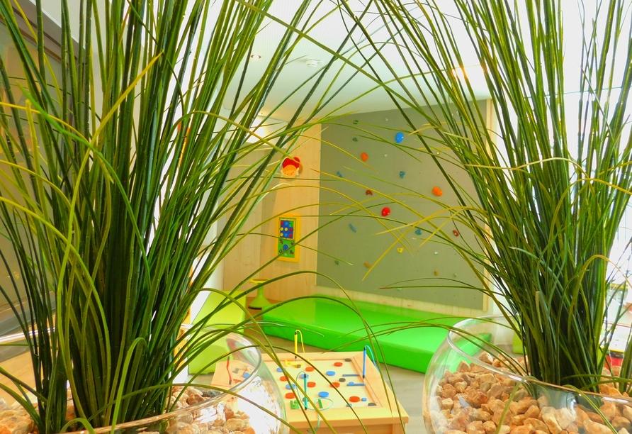 Das Kinderspielzimmer mit Kletterwand garantiert Spaß für die Kleinen.