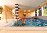 Freuen Sie sich auf einen Wellnessbereich mit beheiztem Hallenbad.