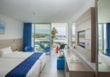 Hotel Limanaki Beach, Beispiel eines Doppelzimmers Deluxe Pool- und Meerblick